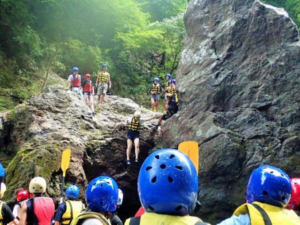 暑い日には崖ジャンプにも挑戦してみよう