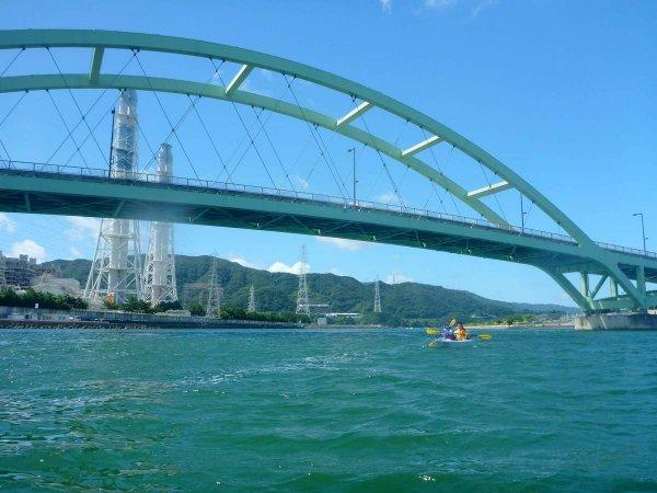 遊園地や橋の下、発電所など見どころ満載。