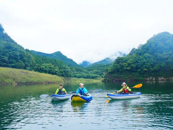 穏やかな湖面の赤谷湖・駒形峡谷
