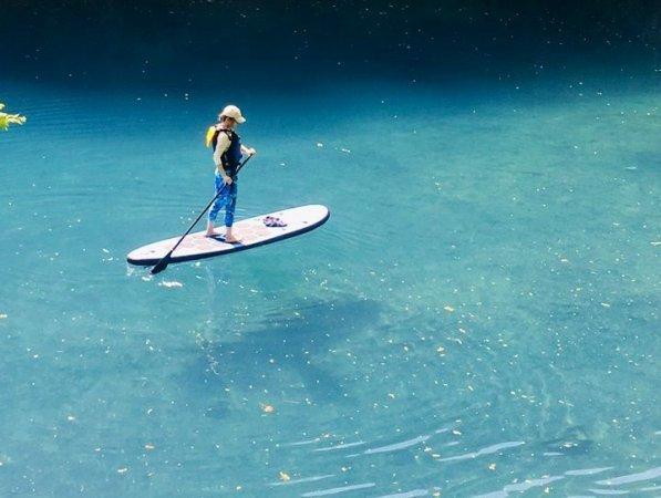 透明度が高い四万湖。宙に浮いているかのような写真が撮れることも!携帯防水ケース無料貸し出ししています。