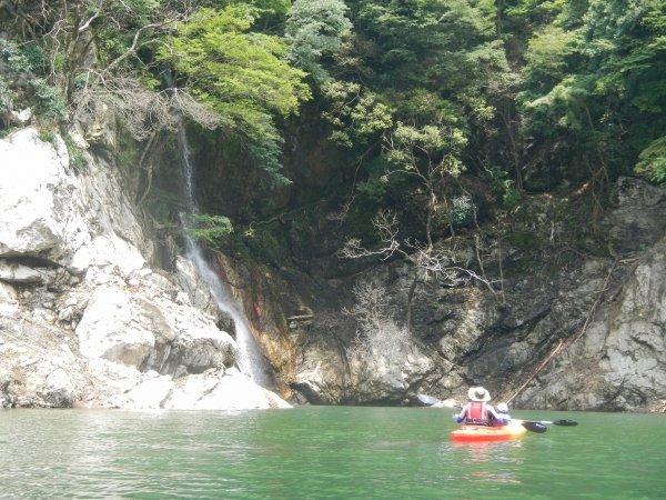 カヤックでしか行けない秘境の滝