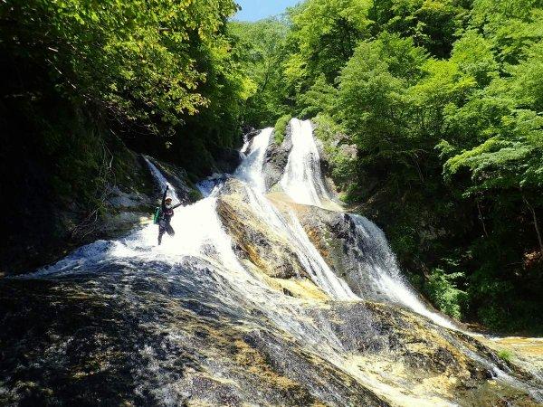 名勝・霧降の滝の真下へ行けるコースあり!