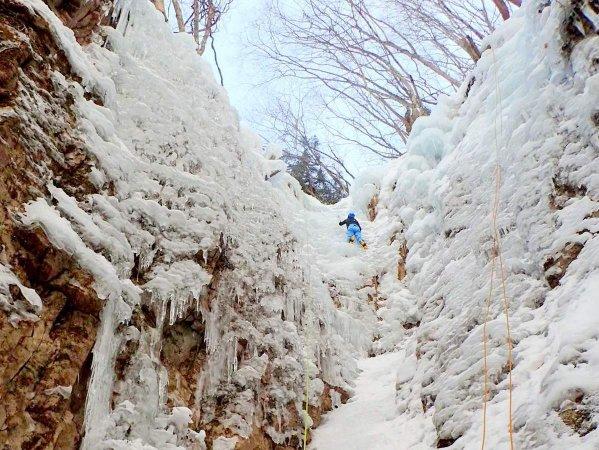 ダイナミックな氷瀑で、アイスクライミングに挑戦!