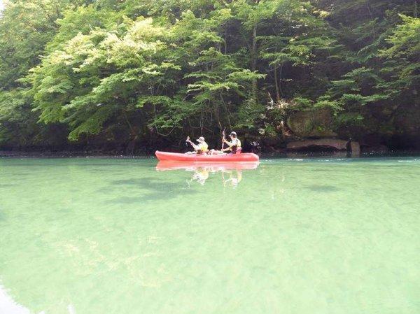 湖の水は透明度抜群!触ってみると、とっても冷たくて気持ちいい!