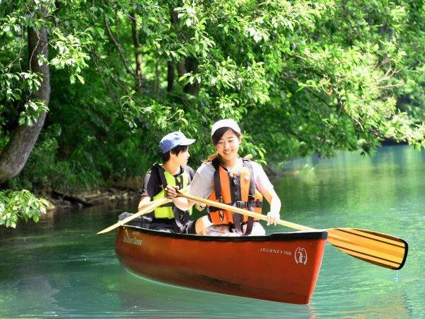 静かな湖面をカナディアンカヌーで漕ぎ出そう