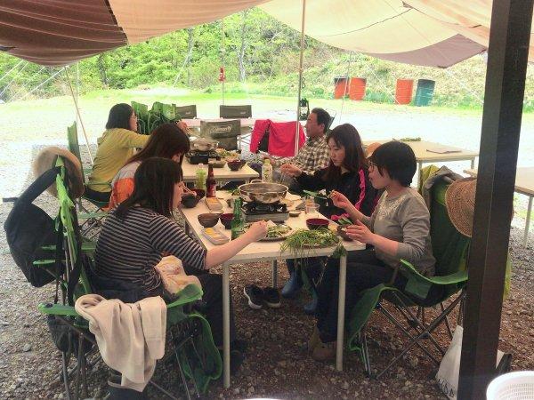 お待ちかねのランチタイム♪山菜しゃぶしゃぶ、山菜天ぷら、山菜汁など、ここでしか味わうことのできない『山菜づくしランチ』をお腹いっぱい堪能しましょう。