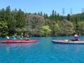 見る人の心を引き込む澄んだブルーの湖面。その色は陽の光の加減や時間帯によって1日のうちに何度となく変化します。