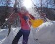 「スノーシュー」を靴の裏にとりつけて、雪の里山を歩くのがスノーシュートレッキング。