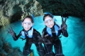 《青の洞窟》探検シュノーケリング・・・海の青さが光り輝いて見える幻想的な空間。沖縄の人気スポットです