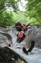 次々と現れる天然岩の滑り台で、爽快ウォータースライダー体験
