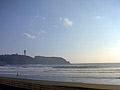 江ノ島を見ながらの落ち着いたゲレンデ。初心者でも安全な遠浅な海なので足の付く所でレッスンが出来ます。