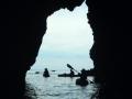 奥深い巨大洞窟をヘッドライトをつけ探検!