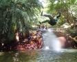 熱帯植物に囲まれた滝で水遊びを楽しもう。ターザンロープで滝壺にダイブ!
