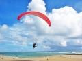 真っ白な砂浜からテイクオフ!タンデム(二人乗り)フライトなので、操作は全て同乗するパイロットが行ないます!