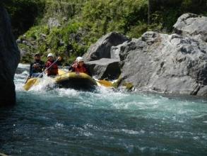 最初の難関、三つ岩の瀬です。川の真ん中におっきな岩が3つ並んでいてとってもスリリング!