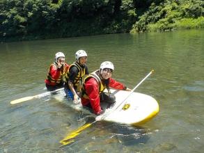 立って乗るだけがSUPじゃない!自由なスタイル乗り方で、川遊びを満喫でしるのがSUPの魅力!