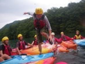 カヌー体験をしながら川遊びも満喫!なんとカヌーの上を歩いて渡ることもできるんです・・・。