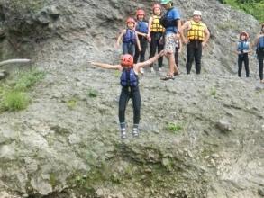 流れの緩いプールのような場所では、岩からのジャンプもできます!