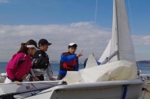 インストラクターが一緒に乗って、舵の操作方法やセールの調節などを教えてくれます。