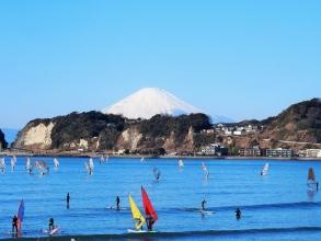 材木座海岸はマリンスポーツのプロやオリンピック選手も訪れるフィールドですが、遠浅で波が穏やかなので、初心者でも安心して遊ぶことができます。海上からは稲村ヶ崎や江の島、天気のいい日には富士山が望めます!