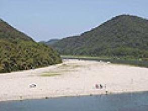 風光明媚、自然の豊かな長良峡を下ります。