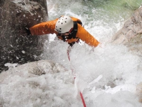 コース最後のF5は落差30m2段の大滝!ハーネス(安全ベルト)にロープをセットしてクライミング。