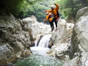お好きな方はジャンプもOK!「しずくの滝」の飛び込みポイント、5mダイビングに挑戦してみては!?