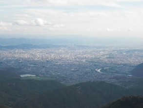 登山道の途中からは、京都市内が一望できます。大文字山や京都タワーを探してみましょう。