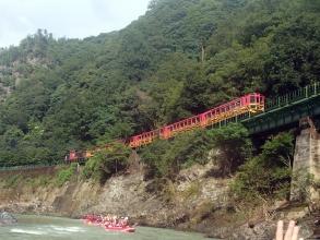 保津峡と呼ばれる自然豊かな渓谷で、爽快ラフティング!!小学校3年生から楽しめます