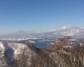 展望ポイント。黒姫山・妙高山と眼下に広がる野尻湖。