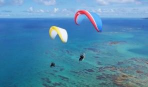 上空200mからの景色!!鮮やかな海、美しく雄大なサンゴ礁、白砂が続く海岸線、これぞ沖縄!
