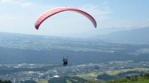 山頂離陸ポイントからの景色は雄大です。2kmのロングコースをお楽しみください。