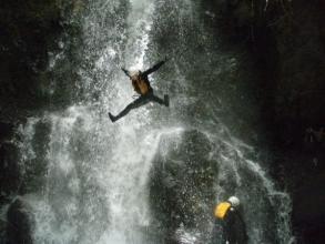 滝壺へダイブ!『すべって』『飛んで』『泳いで』・・そして『笑って』、全身で大自然を体感して下さい!