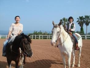 馬に触れるのも、乗るのも初めてという方でも安心。まずは馬場で馬の乗り方・動かし方を練習します。