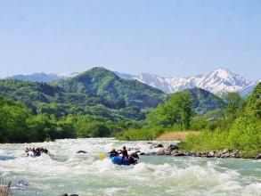 谷川岳を望みながら爽快ラフティング