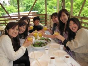 ツアー後は、多摩川を見下ろせるウッドデッキでリラッスク!バーカウンターも併設!ビールやソフトドリンクもあり!