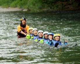 正味2時間は川の上にいるので、半日コースでも充分のんびりできます。途中、様々な遊びも盛りだくさん。