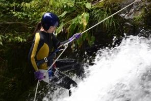 特殊なロープシステムを使い滝を下る!気分はまるでレスキュー隊!