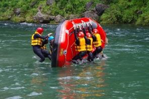 川でもサーフィン(波乗り)が楽しめちゃうぞ。ボートにざぶざぶと水が入ってきて楽しいね。(川の状況によります)