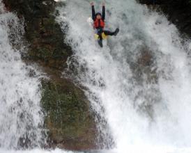 大小7つの滝の天然のウォータースライダーを攻略!