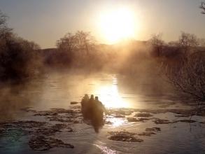 朝もやのカヌー。幻想的な光景が広がります。