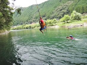 コース中は、遊べるポイントがたくさん!夏は思いっきり泳いで、沈下橋やターザンロープからの飛び込みにチャレンジ! 春・秋は透明度の高い水をのぞきながら水中観察や自然観察を楽しみましょう。