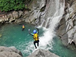 チャレンジコースは、通常コースよりさらに谷の奥深くを目指し、渓谷最大の滝つぼまで冒険します!