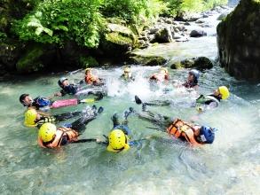 自然豊かな渓谷でたっぷり水と戯れたら、きっとあなたも沢遊びが好きになるはず!