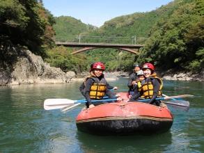 保津川峡谷は静かで美しい景勝地。川下りの高瀬舟やトロッコ列車が過行く風景も保津川ならでは。