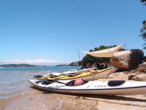 どのコースも島に漕ぎわたり浜辺でのんびり休憩を楽しみます。 ワンデイツアーではイスやテーブルをセッティングしてランチ♪自然の中で過ごす最高のくつろぎタイム!
