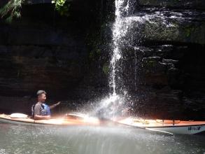 カヤックでそのまま滝に飛び込もう