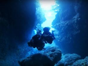 宮古島版【青の洞窟】を楽しむボート体験ダイビング! 海に面してぽっかり空いた小さな穴の奥を進むと、入口の光が幻想的な美しい「青色」で海中を輝かせます。