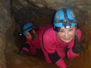 神秘的な地底湖を目指して、洞窟内を探検しよう!洞窟探検の専門ガイドが皆さまの冒険をサポートします!