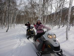 スノーモービルでの運転に慣れてきたら、次はいよいよ雪原へと移動です。